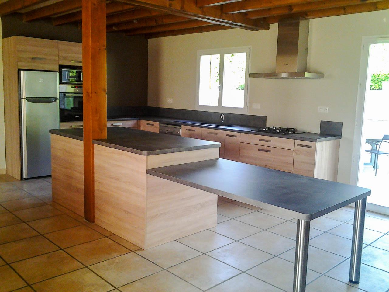 Ilot Central Et Table cuisine avec ilot et table décalée - mbm concept